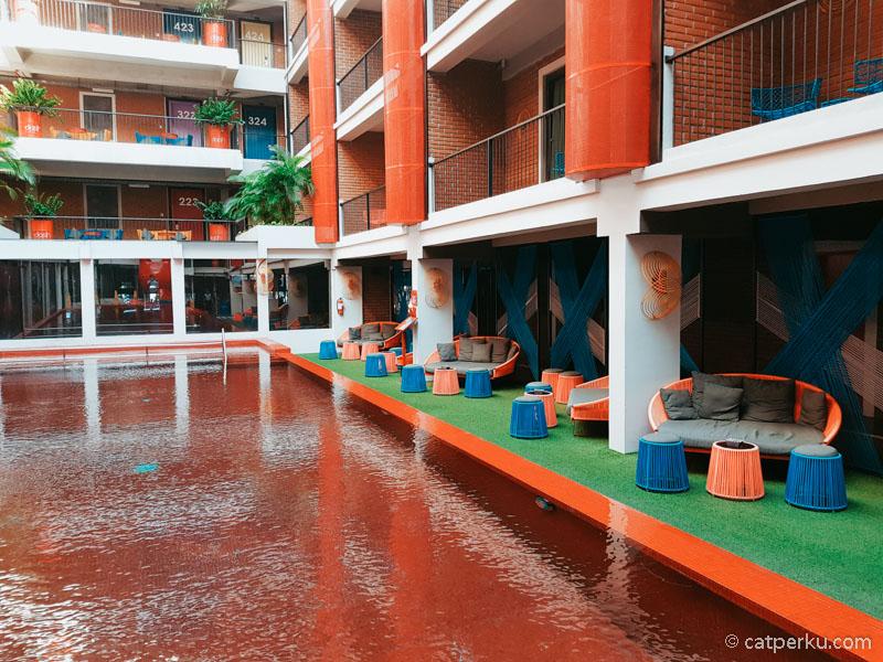 Bahkan kolam renangnya pun sangat berwarna