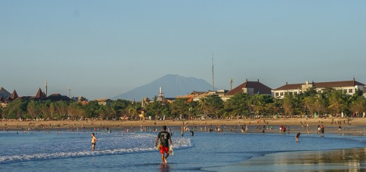 Baik ketika surut atau pasang, pantai kuta selalu menjadi tempat yang menyenangkan untuk Jogging sore hari