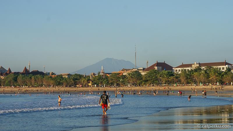 Baik ketika surut atau pasang, Pantai Kuta Bali selalu menjadi tempat yang menyenangkan untuk Jogging sore hari