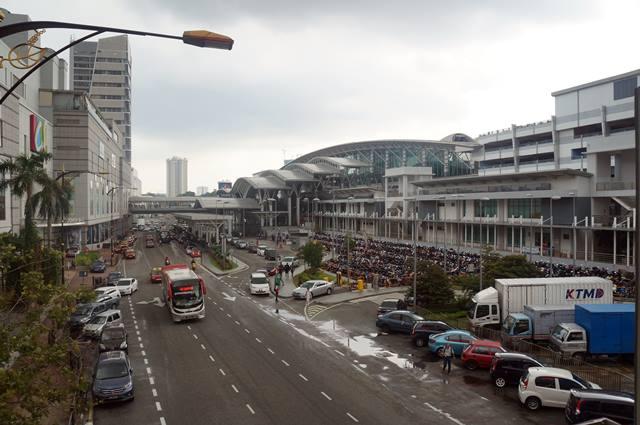 Bangunan besar di kanan ini adalah Johor Bahru Sentral.