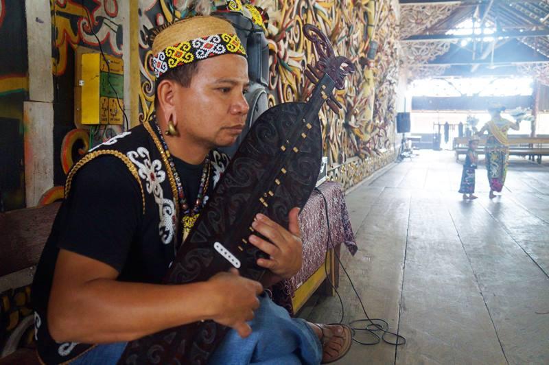 Bapak Lain Along, Pemain Sampeq alat musik khas Dayak.