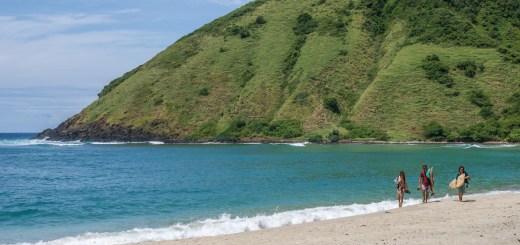 Baru tahu kalau di Pantai Mawun bisa dipakai surfing, tapi dimana ya posisi tepatnya?