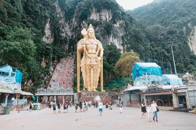 Batu Caves adalah salah satu tempat wisata Kuala Lumpur yang gak bisa dilewatkan