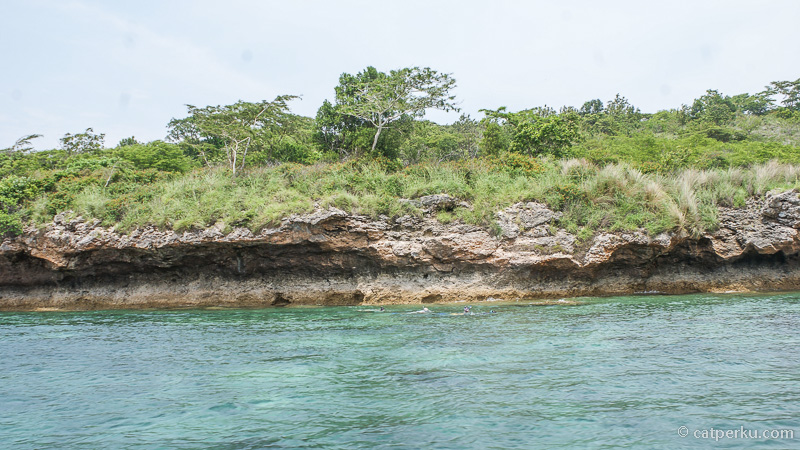 Beberapa area di sekitar pulau adalah titik snorkeling