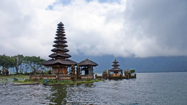 Pura yang satu ini adalah primadona di kawasan Wisata Danau Bedugul Bali. Tiap turis yang datang ke Bedugul, pasti menyempatkan diri untuk berfoto disini. Saya juga sih :D