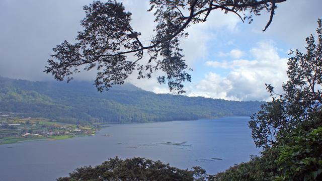 Danau Tamblingan yang berada tidak jauh dari Danau Beratan. Ini adalah danau kembar dikawasan wisata Danau Bedugul Bali. Letaknya bersebelahan lho!