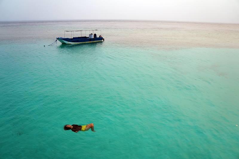Berenang seperti ini bisa dilakukan di depan dermaga