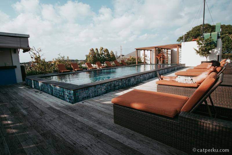 Berjemur di tepi kolam renang Suite Sun Island Hotel And Spa Legian