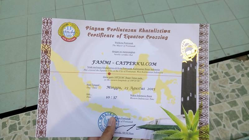 Berkunjung ke Tugu Khatulistiwa, dapet sertifikat juga loh! Gratis!! Kota Pontianak ini memang keren banget wisatanya! :D