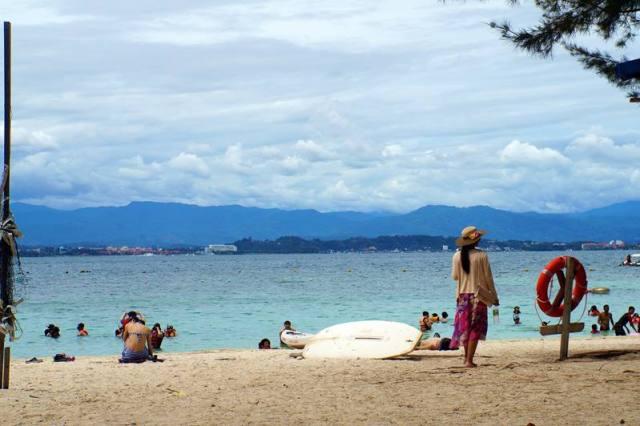 Bersantai di Pulau Sapi, sambil lirik kanan kiri.