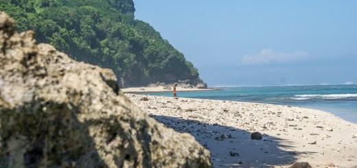 Biasanya pantai ini dikunjungi oleh beberapa turis untuk berenang atau surfing