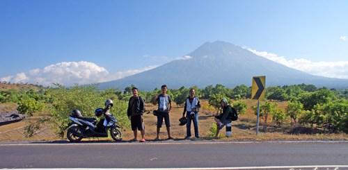 Foto - foto seru dulu dengan latar belakang Gunung Agung