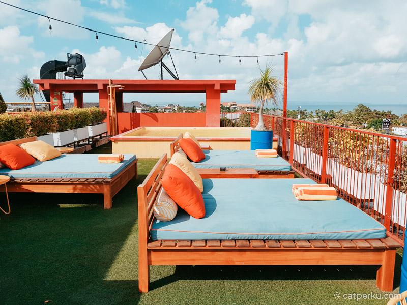 Bisa berjemur di rooftop ketika siang, bersantai dari sore menjelang malam