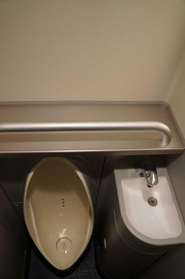 Bisa ditebak kan, ini toilet kereta Shinkansen?