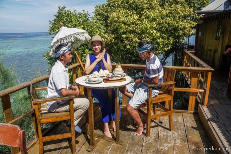 Bisa makan sambil menikmati lautan lepas disini