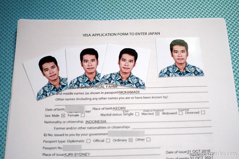 Buat visa Jepang sendiri itu gampang kok! Kira-kira seperti ini contoh foto untuk visa Jepang. Ukurannya 4,5 x 4,5 cm, tertempel di formulir pengajuan visa Jepang.