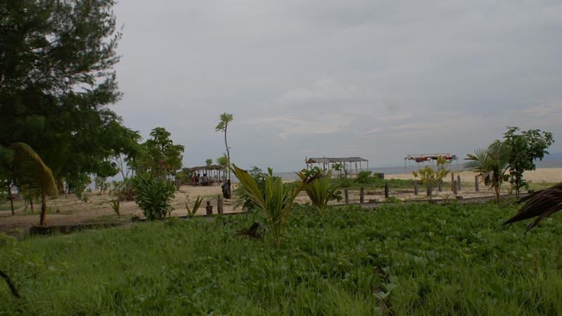 Pulau Samalona Island ini meski gak terlalu besar, namun ada banyak tempat yang cukup lapang untuk mendirikan tenda. Jadi camping disini adalah salah satu pilihan kalau tidak mau mengeluarkan budget yang banyak.