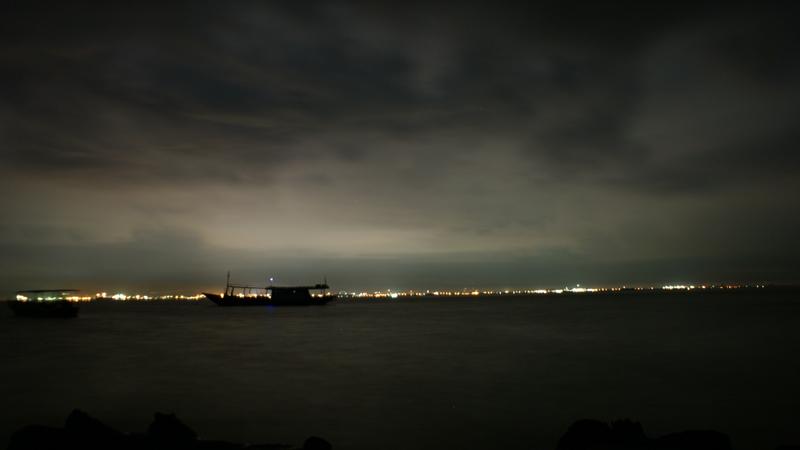 Jutaan sinar Kota Makasar di kejauhan, view dari pulau samalona di malam hari
