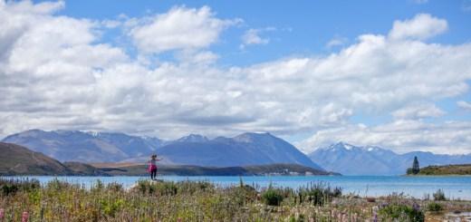 Danau ini dikelilingi pegunungan alpen yang dibalut es