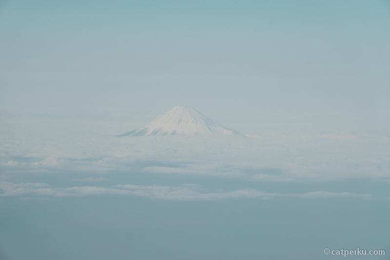 Dapat kesempatan mengabadikan Gunung Fuji dari ketinggian 30 ribu kaki karena naik JAL.