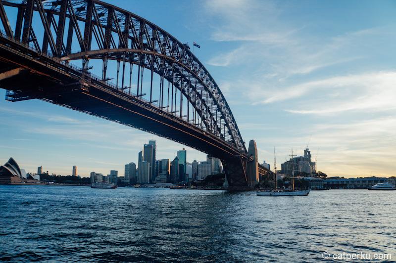 Nggak cuma bekerja saja, tapi sesekali refreshing. Seperti misalnya berkunjung ke Darling Harbour Bridge menjelang senja