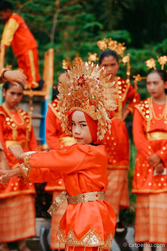 Desa Kota Bani ini memiliki potensi wisata budaya seperti pertunjukan beberapa tarian tradisional misalnya.