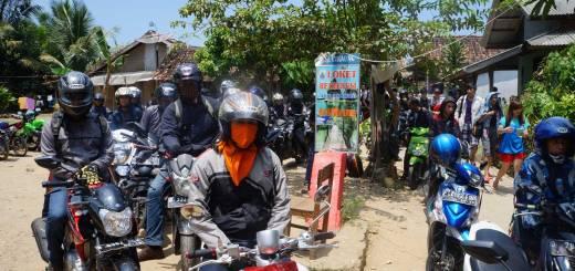 Desa Sawarna yang dipenuhi dengan sepeda motor