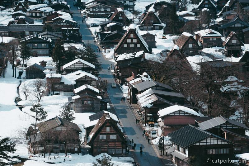 Desa Shirakawa terlihat dari ketinggian.