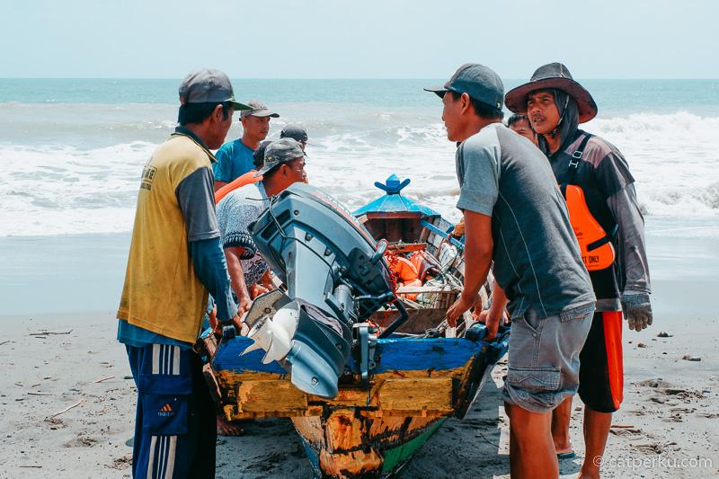 Di Pantai Nusa Indah yang ada di Desa Kota Bani bisa menyaksikan kegiatan nelayan.