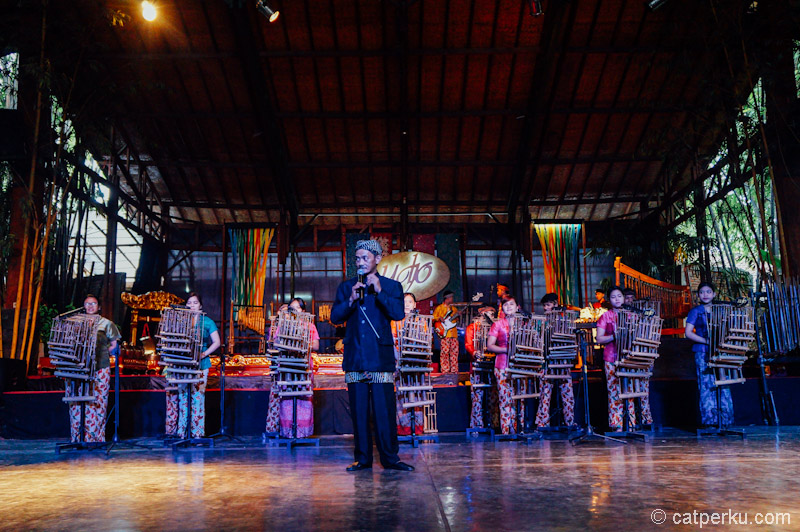 Di Saung Angklung Udjo bisa menikmati pertunjukan Angklung yang keren!