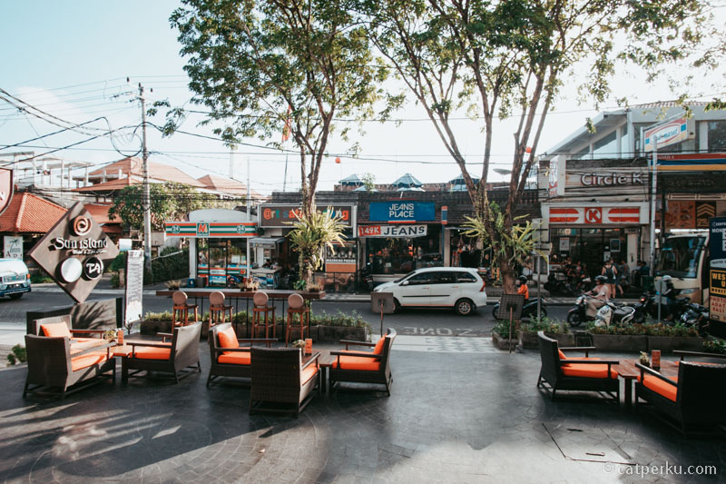 Di dekat hotel tersedia berbagai macam mini market. Cari cemilang gampang banget kalau menginap disini