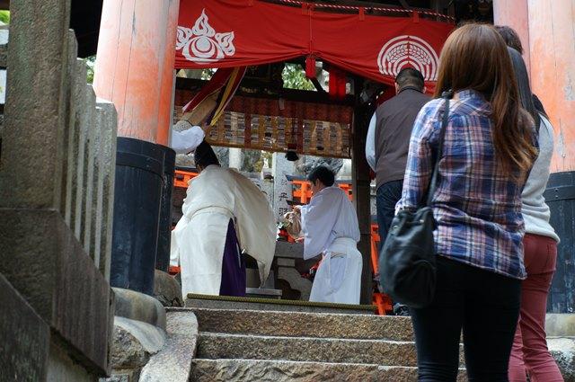 Di ujung Fuhsimi Inari Taisha ada tempat seperti ini untuk berdoa.