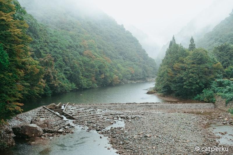 Ditengah lembah terdapat sungai yang airnya berwarna biru toska yang bening.
