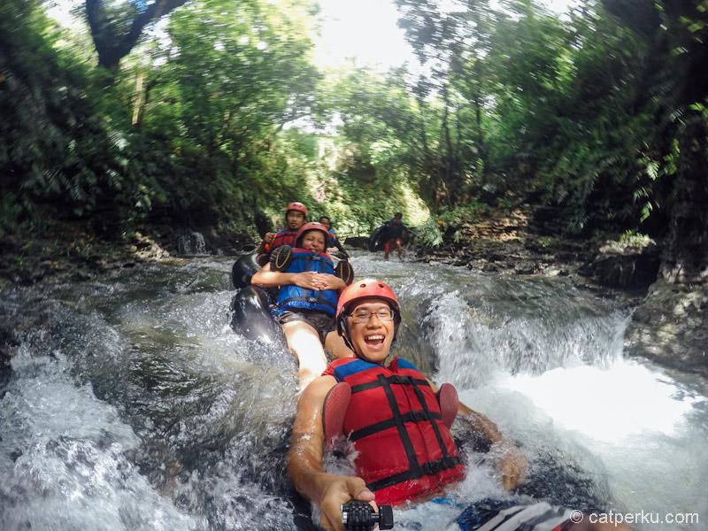 Ekspresi senang ketika melewati salah satu jeram di Santirah River Tubing! Ini adalah salah satu tempat wisata di Pangandaran yang wajib dikunjungi!