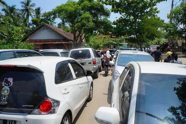 Entah kenapa jalan menuju sawarna jadi seperti ini, banyak yang parkirnya ngawur dipinggir jalan.