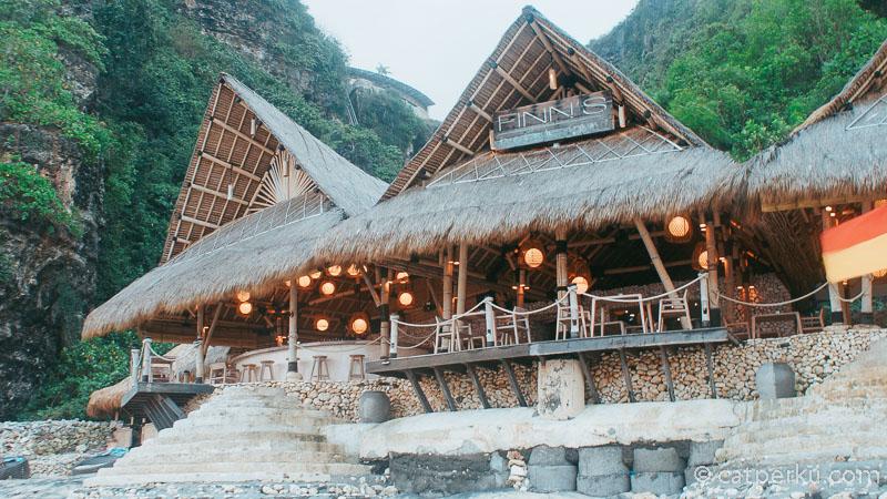 Finss Restaurant di Pantai Karma Kandara Beach Club.