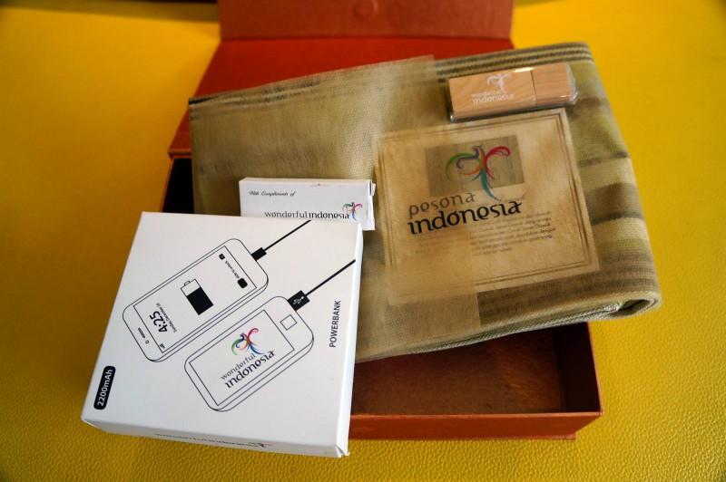 Flashdisk, powerbank, kain tenun keren dari indonesia.travel