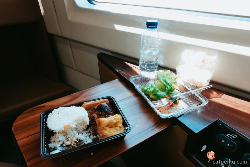 Foldable tray untuk makan.
