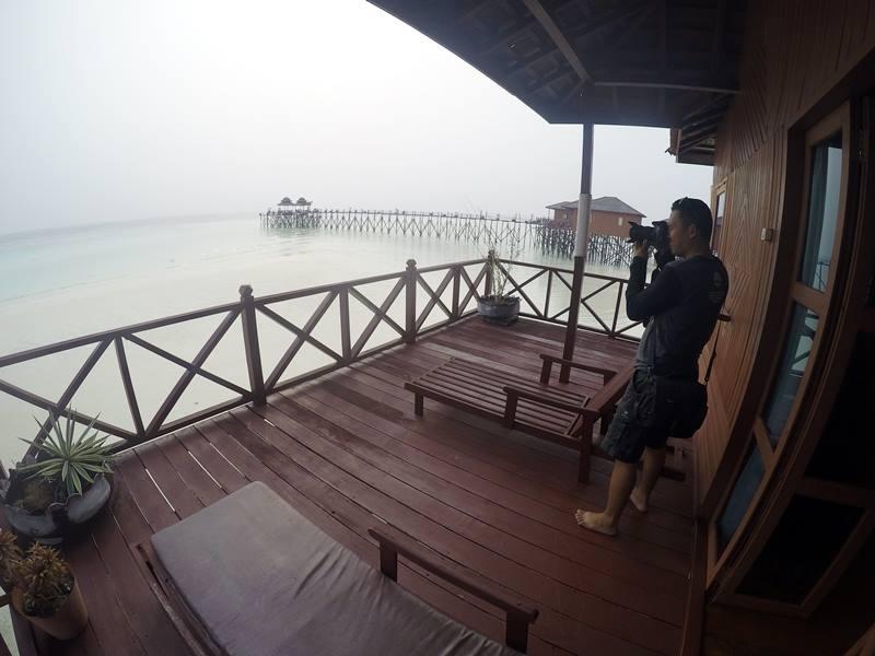 Water Villa Di Maratua Resort - Dek di belakang kamar.