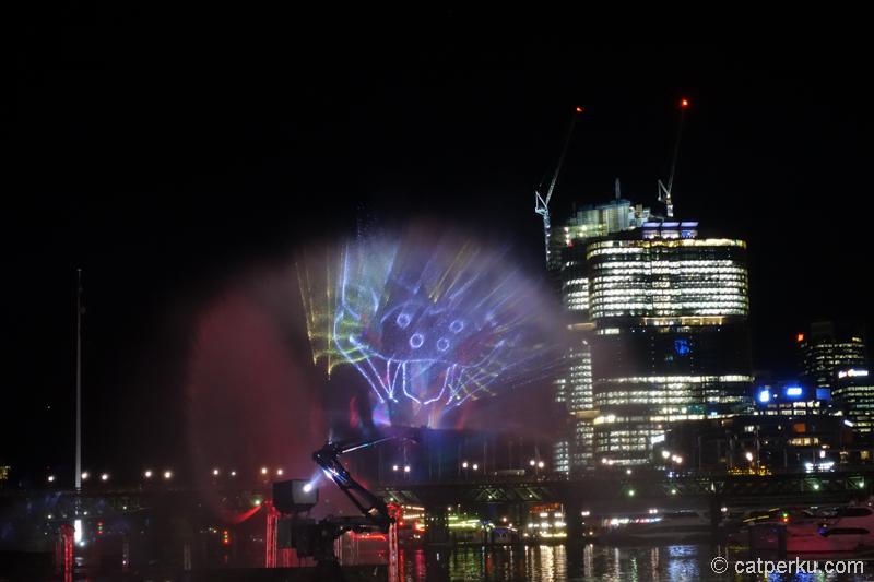 Semburat air yang dimanfaatkan sebagai layar dalam sebuah show di Darling Harbour.