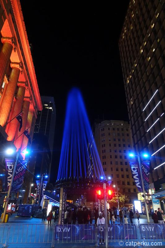 Kalau lihat cahaya yang menyorot ke langit di Martin Place ini, saya jadi ingat alat doraemon yang mau dipakai nobita jalan kaki dari bumi sampai ke Bulan :D