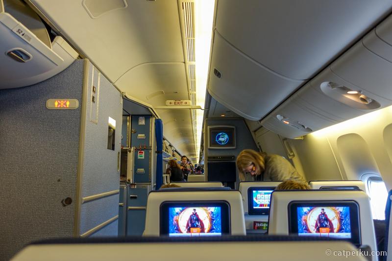 Foto bagian dalam pesawat Boeing 777-300 KLM Royal Dutch Airlines
