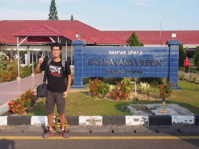 Foto dulu di bandara Tanjung Pandan, biar nggak dibilang hoax :p
