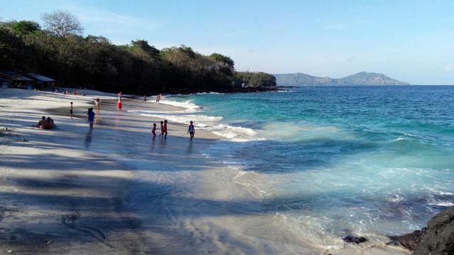 Garis pantainya memang tidak panjang, tetapi banyak orang menikmatinya :))