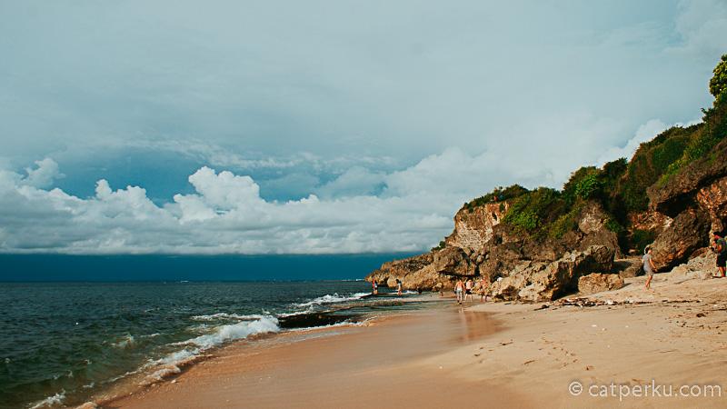 Garis pantainya tidak terlalu panjang, namun pantainya keren luar biasa. Di dekat Pantai Tegalwangi ini juga terdapat banyak hotel dan penginapan. sangat mungkin bila kamu ingin menginap di hotel yang lokasinya tak jauh dari Pantai Tegal wangi.