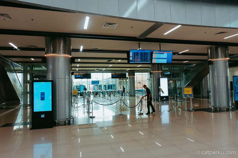 Gate untuk masuk ke peron Stasiun Kereta Bandara Soekarno-Hatta.