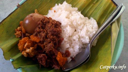 Gudeg rasanya agak manis, tetapi enak! Yogyakarta punya!