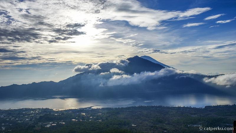 Gunung Agung dari puncak terlihat jelas kalau cuaca sedang bagus.