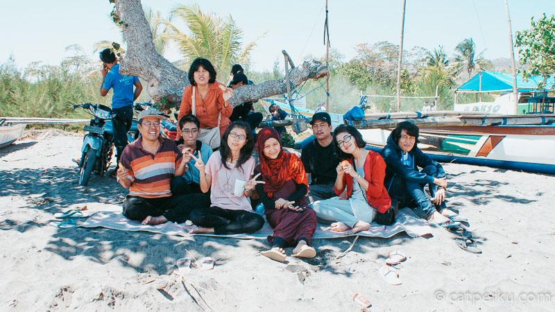 Salah satu hal menarik yang bisa ditemui di Pantai Serang Blitar adalah piknik bersama keluarga.