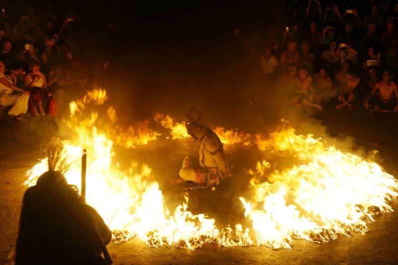 Hanoman yang dibakar, salah satu adegan paling keren di Tari Kecak Bali.